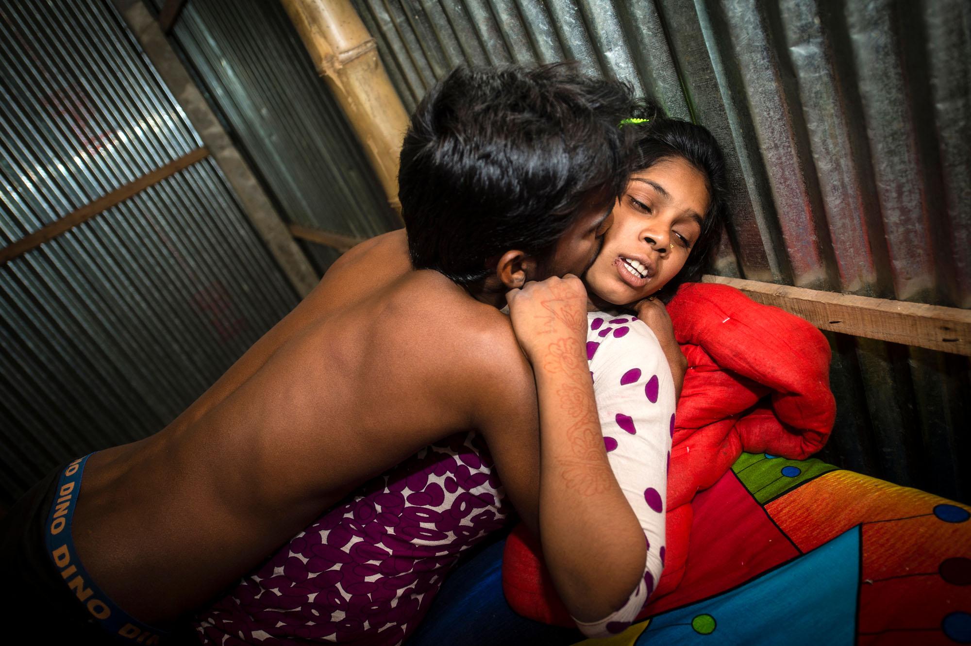 Проституция у себя в квартире, «Каждая сталкивается с насилием»: Я работаю 19 фотография